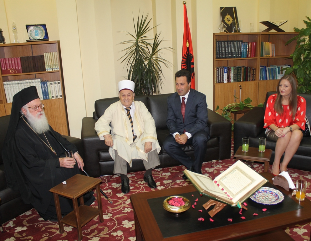 Personalitete të larta të vendit i urojnë besimtarëve Fitër Bajramin në KMSH