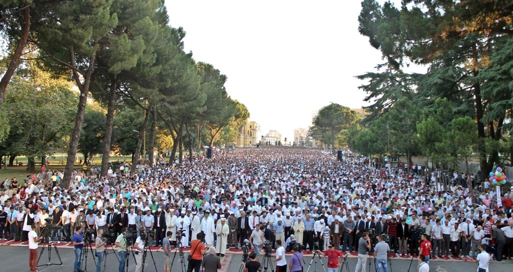 """Fitër Bajrami, mijëra besimtarë mbushin bulevardin """"Dëshmorët e Kombit"""""""
