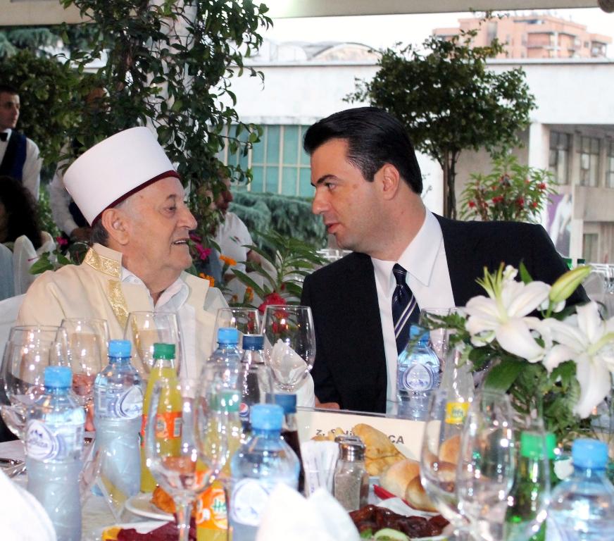Kryebashkiaku Basha në iftar me drejtues të KMSH-së dhe besimtarë të Tiranës