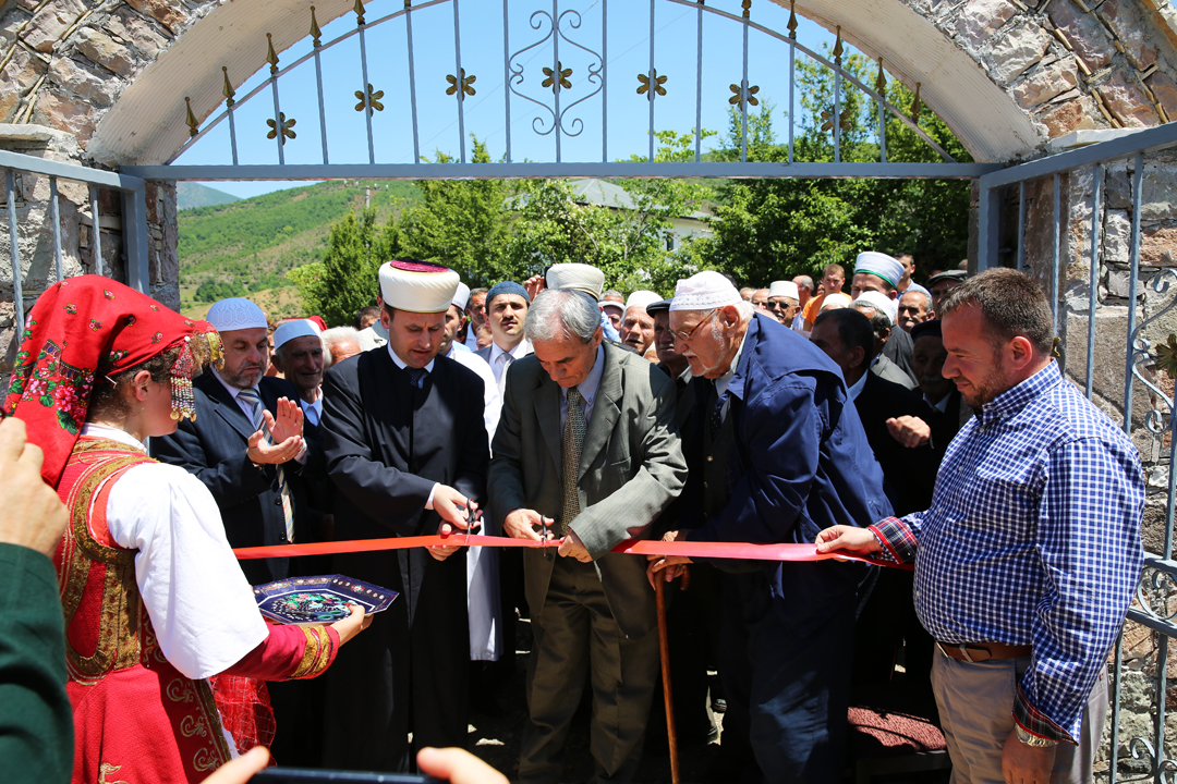 Inaugurohet xhamia e re në fshatin Polis