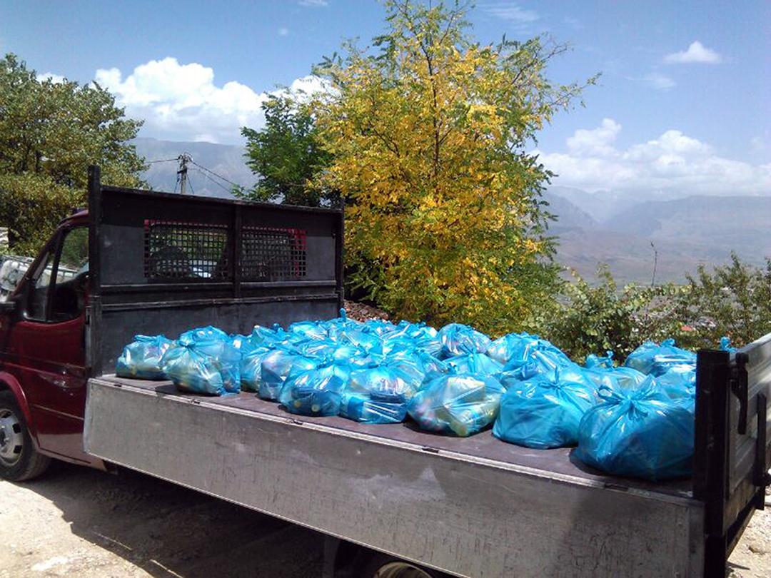 """Myftinia Gjirokastër shpërndan ndihma për """"40 familjet"""" në Lazarat"""