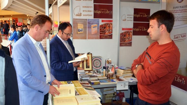 Kryetari i KMSH-së viziton Panairin e Librit