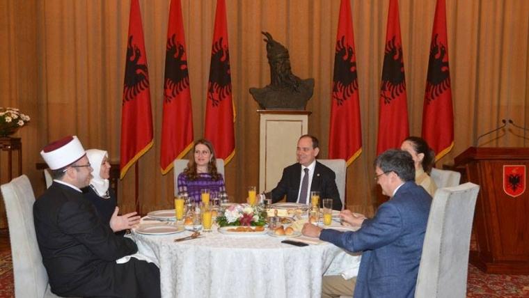 Presidenti Nishani shtron iftar, vlerëson rolin e Komunitetit Mysliman