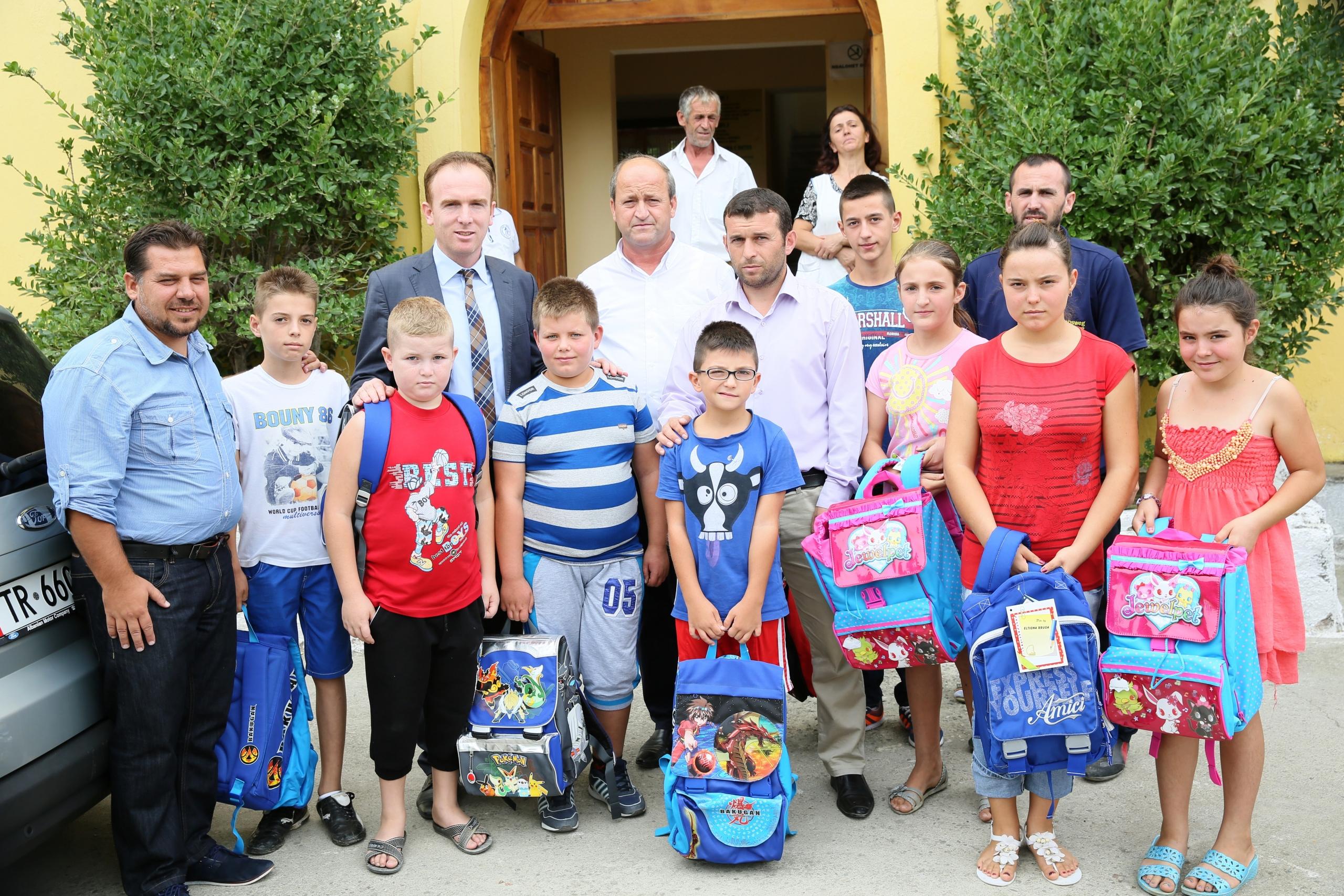KMSH dhuron çanta dhe mjete mësimore për jetimët e Ndroqit
