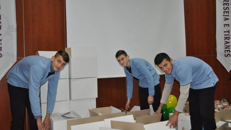 Medreseja e Tiranës u vjen në ndihmë familjeve në nevojë