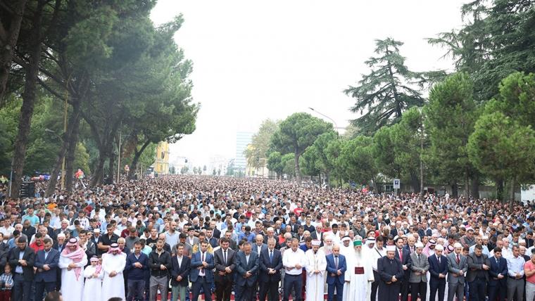 Besimtarët myslimanë festojnë Kurban Bajramin