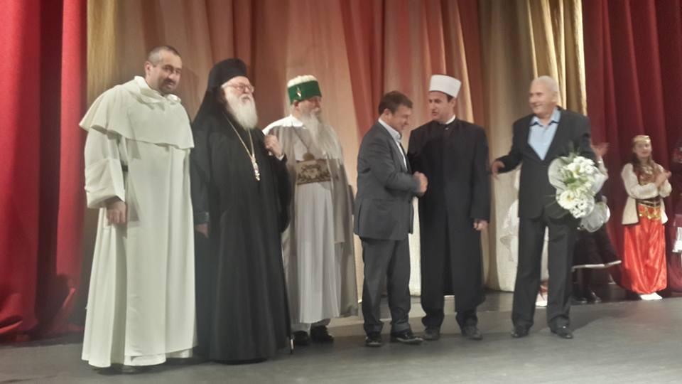 """Hafiz Sabri Koçi nderohet me titullin """"Qytetar Nderi"""" nga Bashkia e Durrësit"""