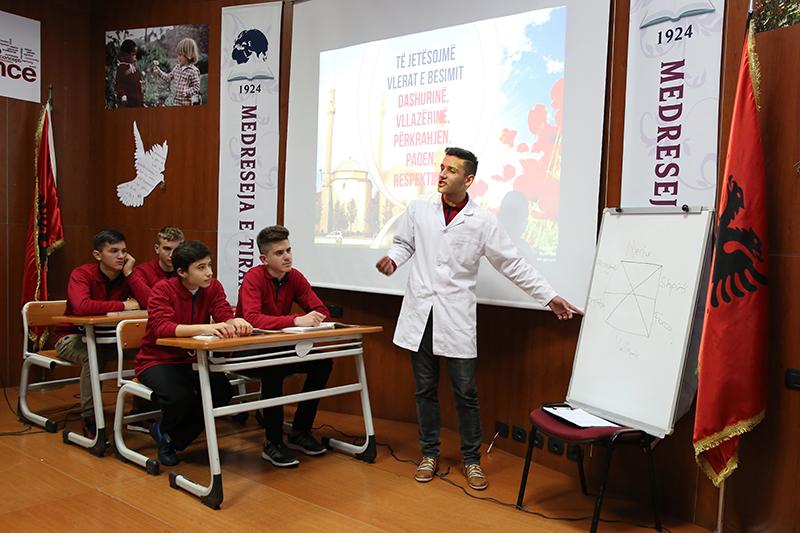 """""""Të jetësojmë vlerat e besimit"""", program në Medresenë e Tiranës"""