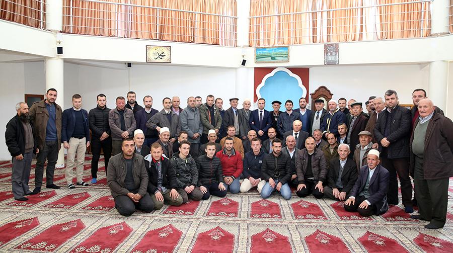 """Cikli i bisedave """"Frytet e Besimit"""" mblodhi së bashku dhjetëra besimtarë në xhaminë kryesore të qytetit të Peshkopisë"""
