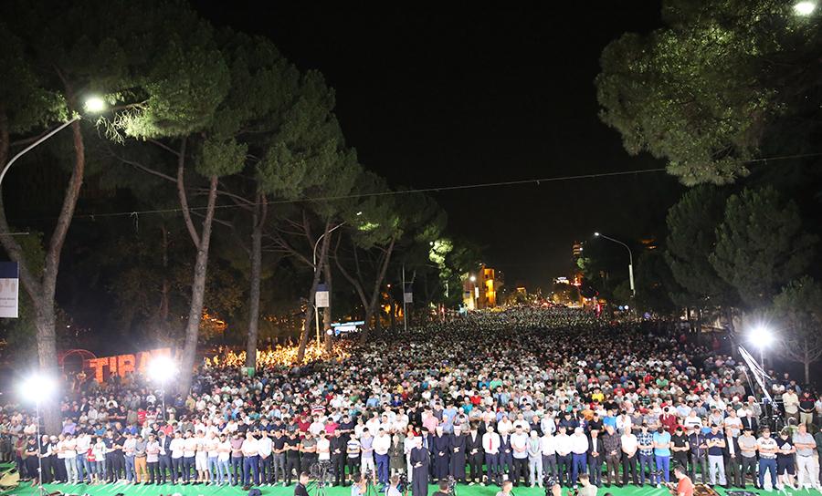 Nata e Kadrit, mijëra besimtarë e presin në shesh
