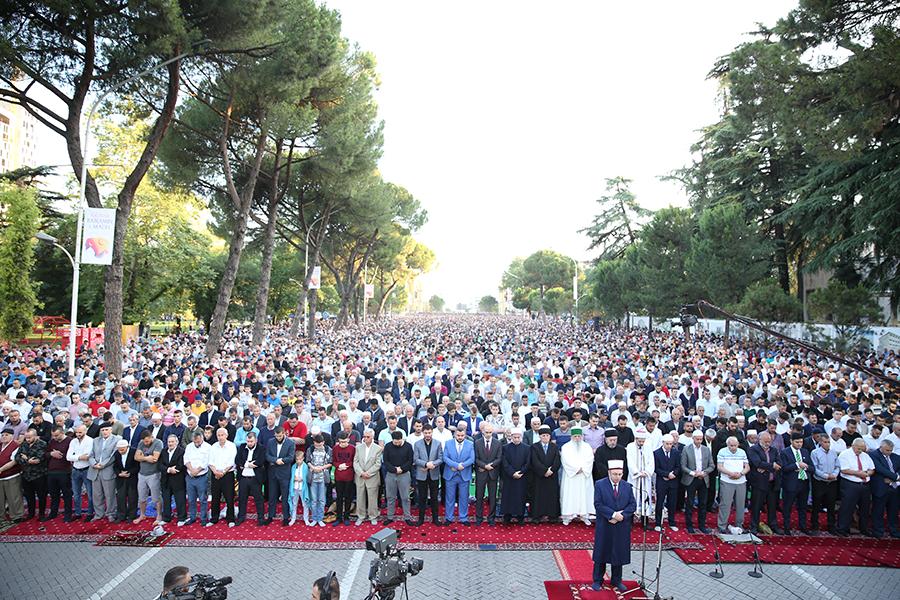 Besimtarët myslimanë festojnë festën e Fitër Bajramit
