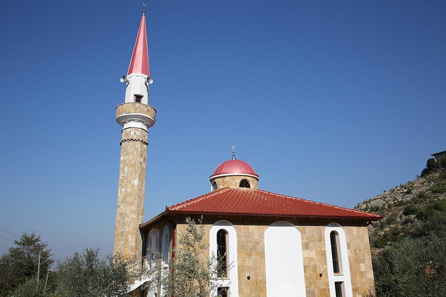 Inaugurohet xhamia e re në Petrelë, Tiranë