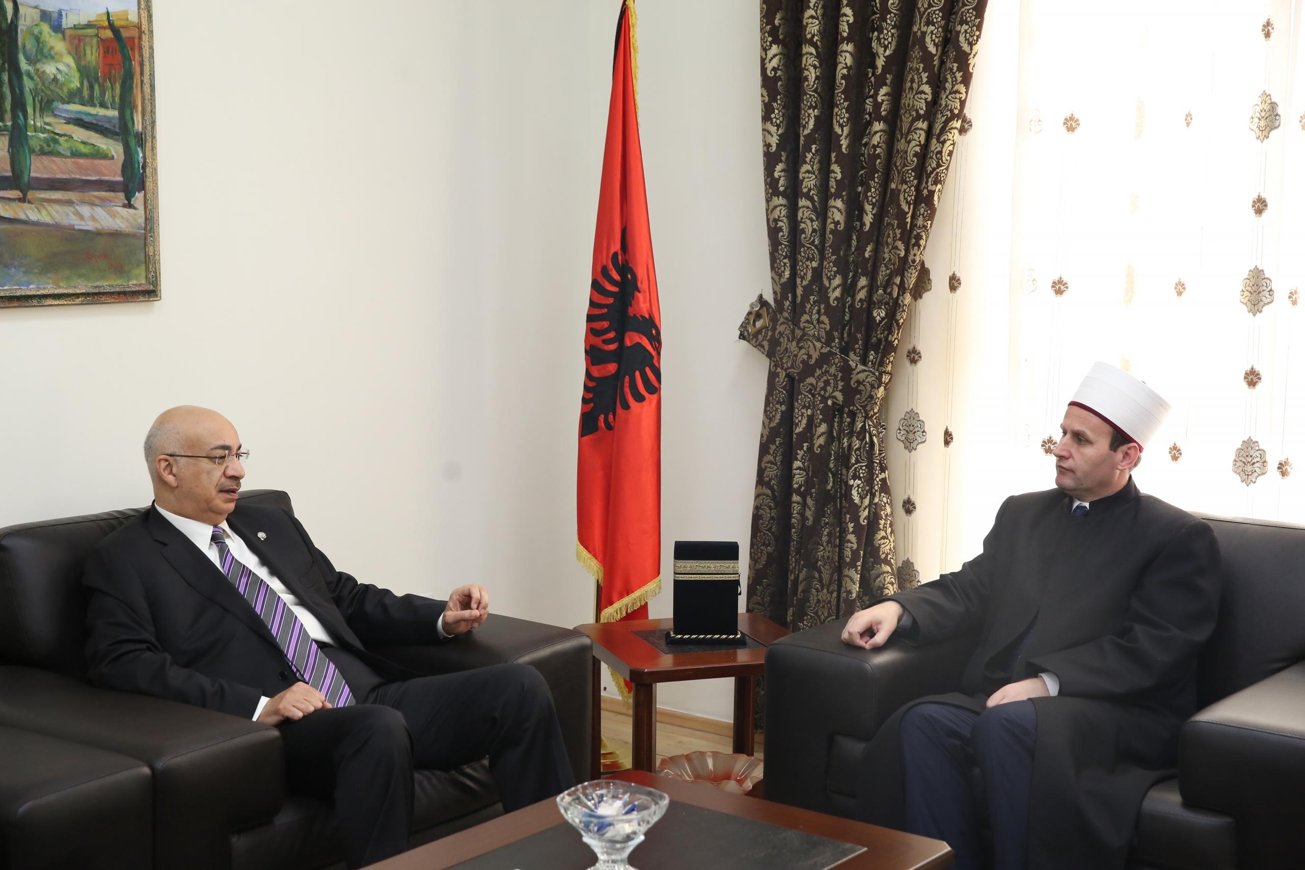 Kryetari i KMSH-së pret në një takim ambasadorin e Kuvajtit