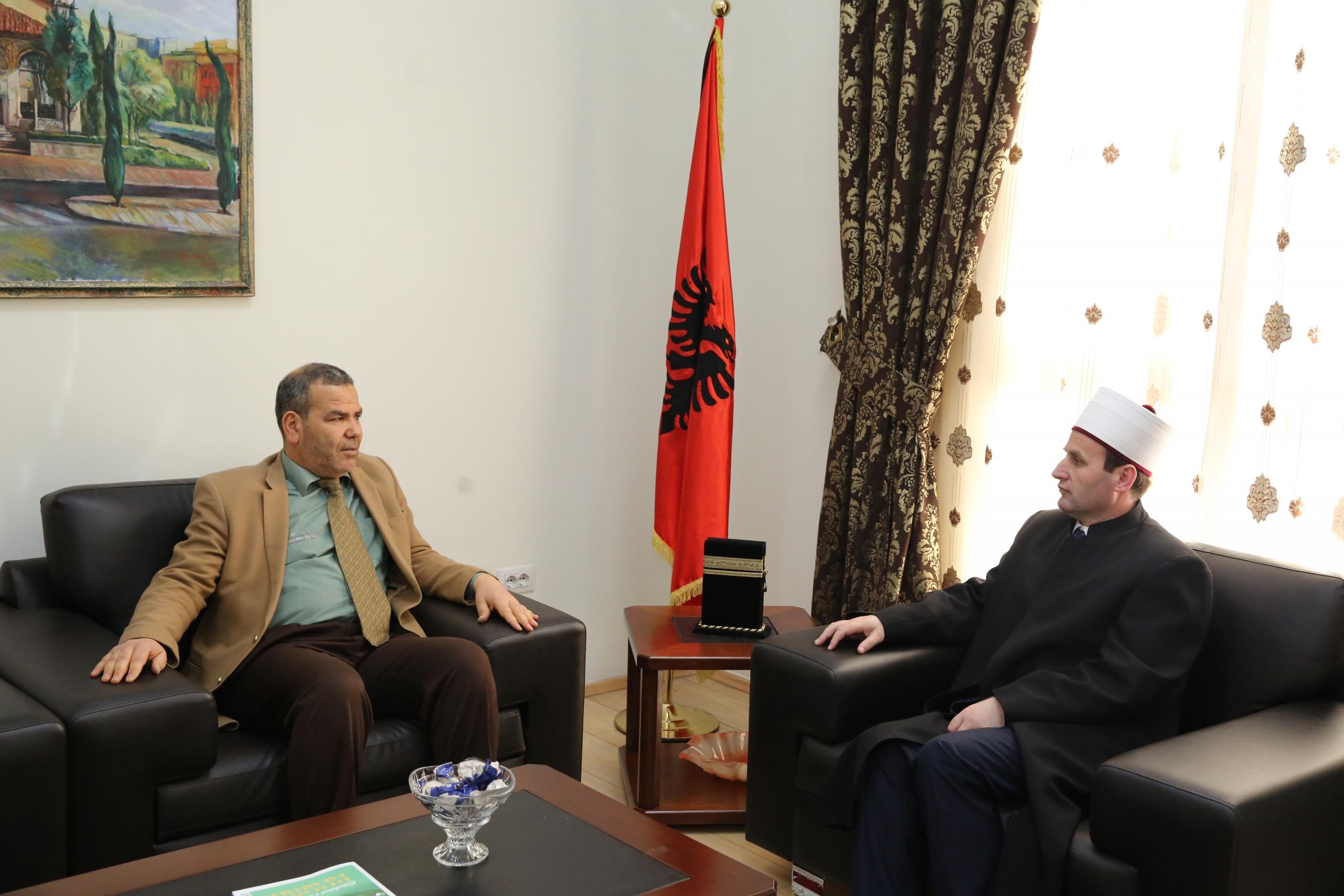 Kryetari i KMSH-së pret në një takim drejtorin e Qatar Charity në Shqipëri