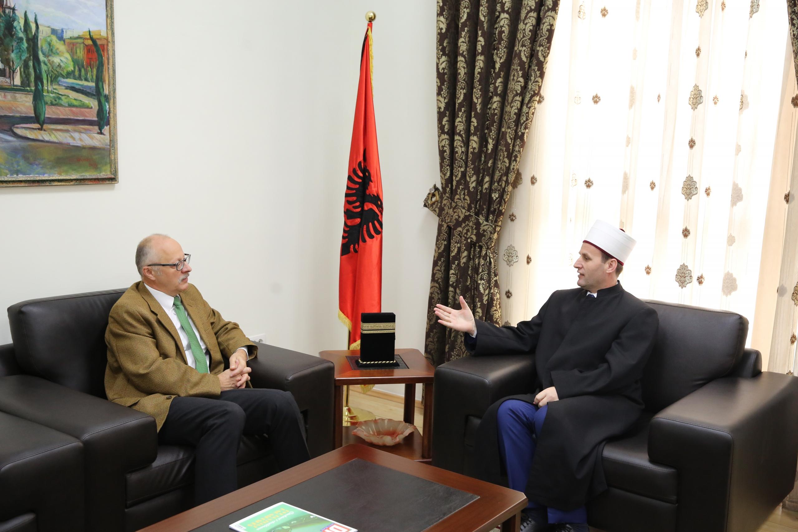 Kryetari i KMSH-së pret në një takim ambasadorin e Hungarisë