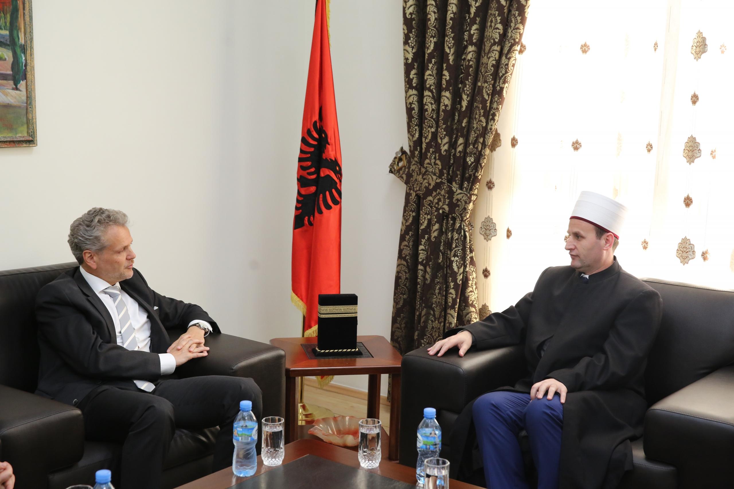 Kryetari i KMSH-së pret në takim ambasadorin e Austrisë