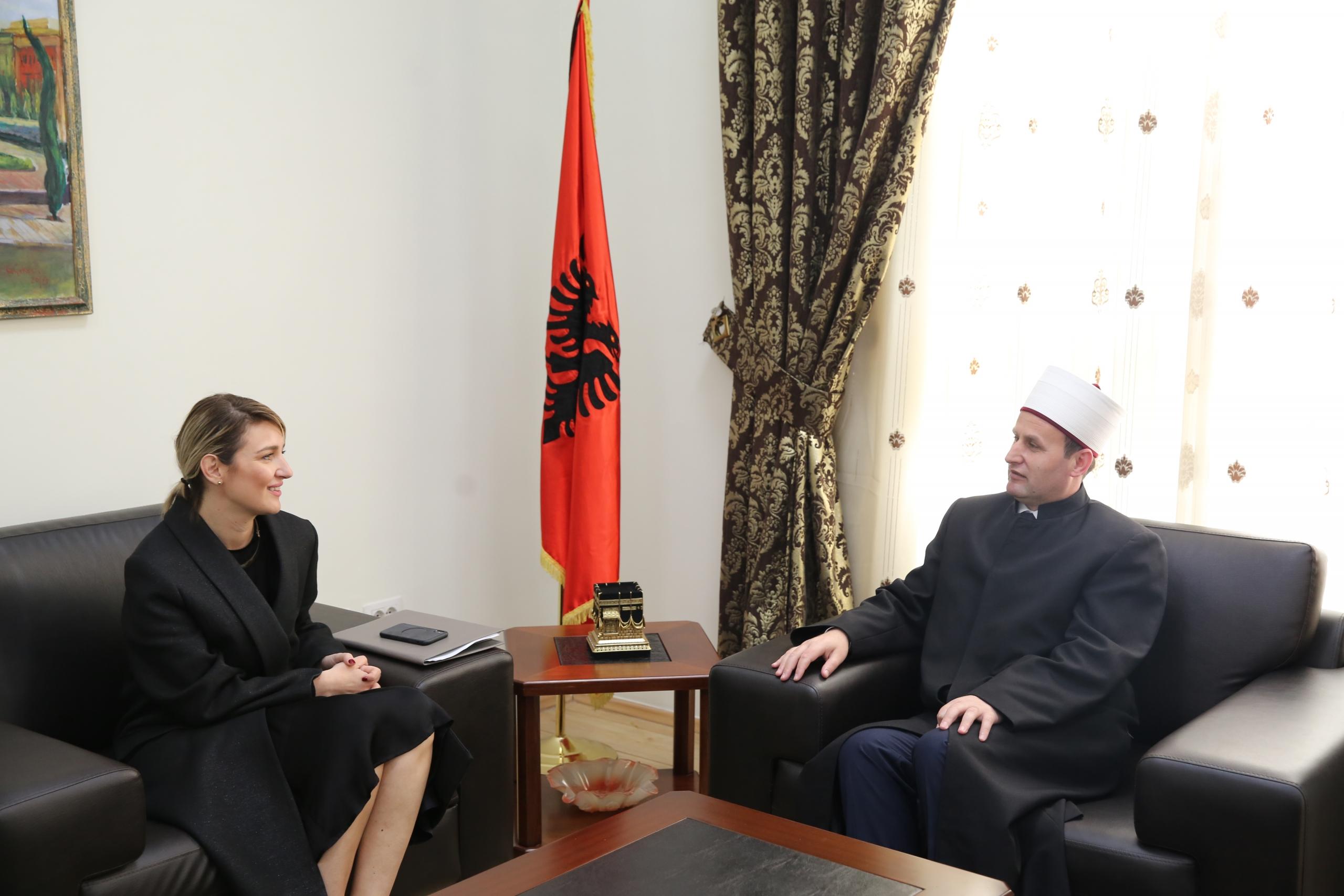 Kryetari i KMSH-së pret në një takim ministren e Kulturës