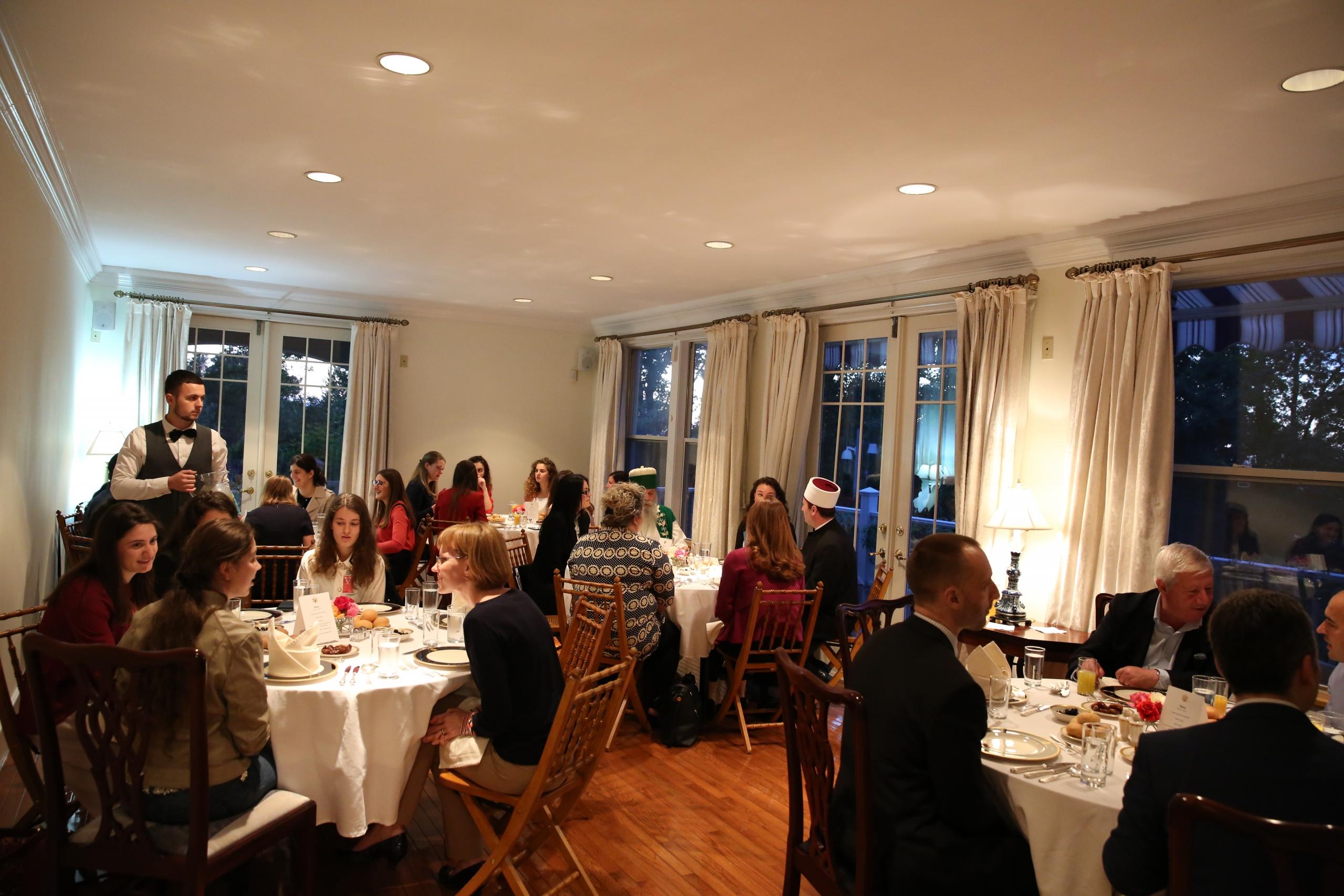 Ambasada e SHBA-ve shtron iftar me rastin e Muajit të Ramazanit