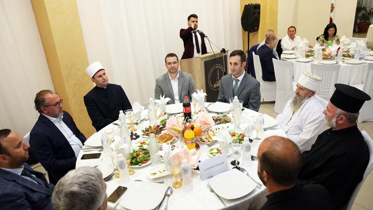 Myftinia Vlorë shtron iftar për besimtarët e qytetit