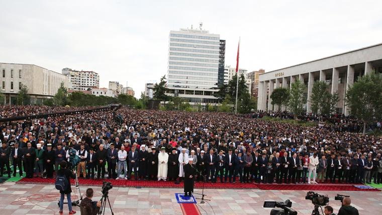 Besimtarët myslimanë festojnë Fitër Bajramin