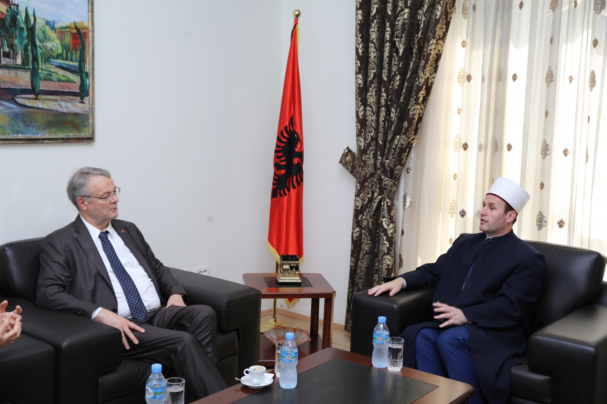Kryetari i KMSH-së pret në një takim Ambasadorin e Zvicrës