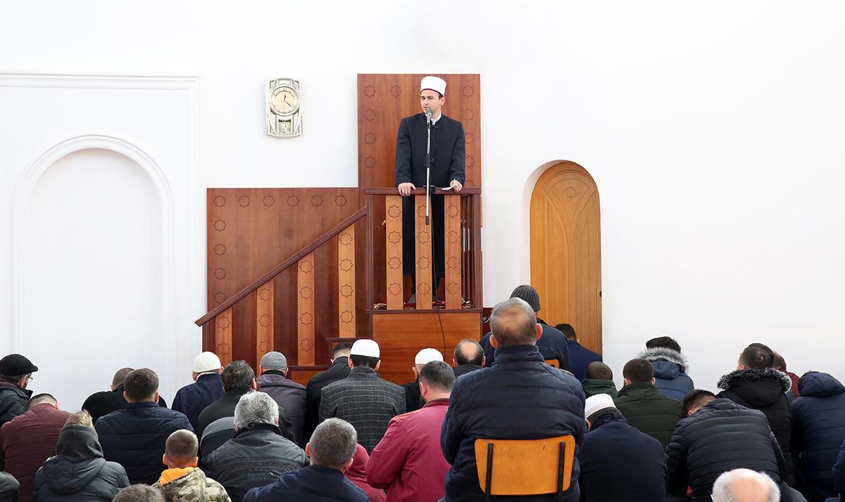Nënkryetari i KMSH-së mban hytben e xhumasë në xhaminë e qendrës, Fier