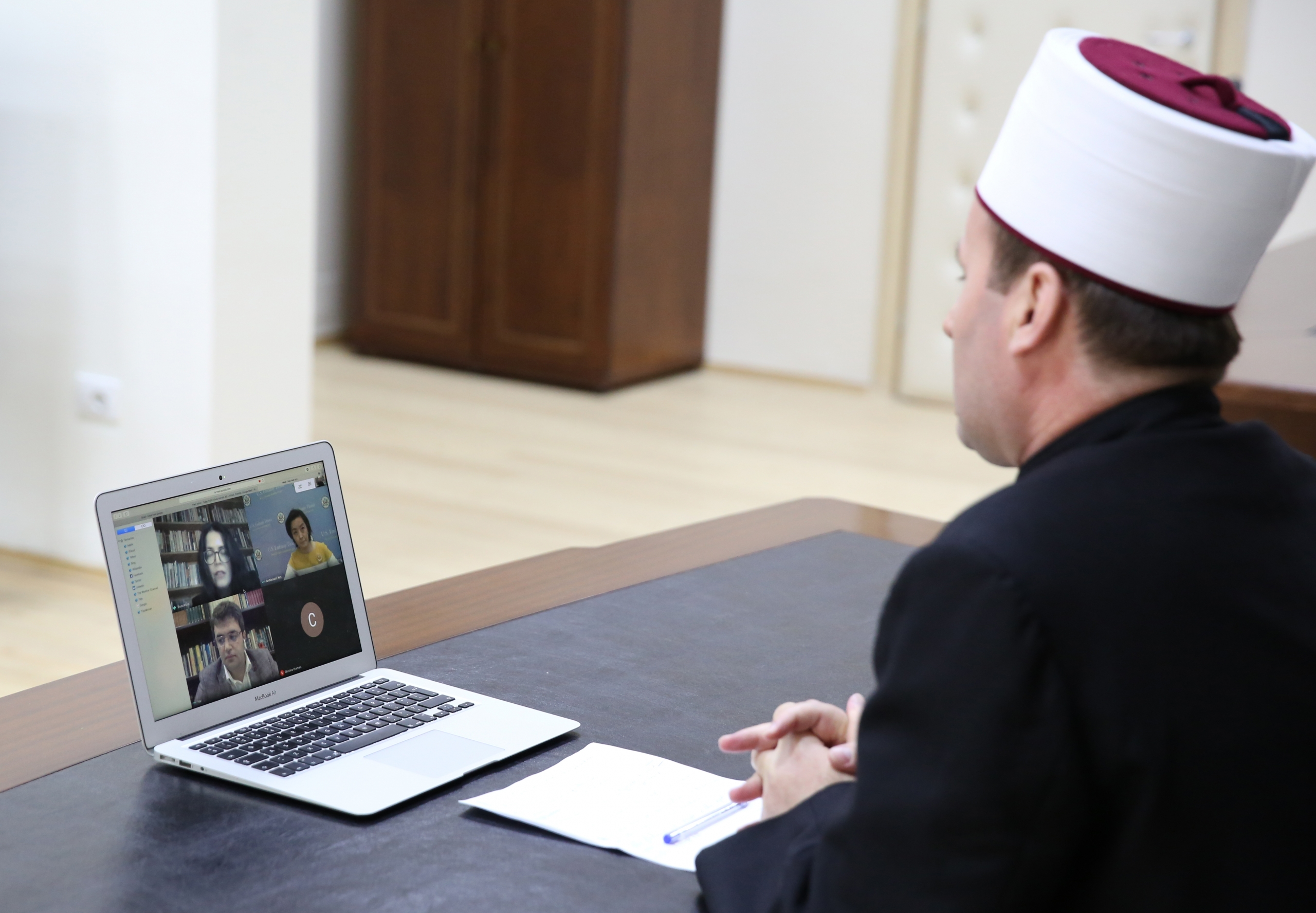 Kreu i KMSH-së zhvillon një takim online me Ambasadoren e SHBA-ve