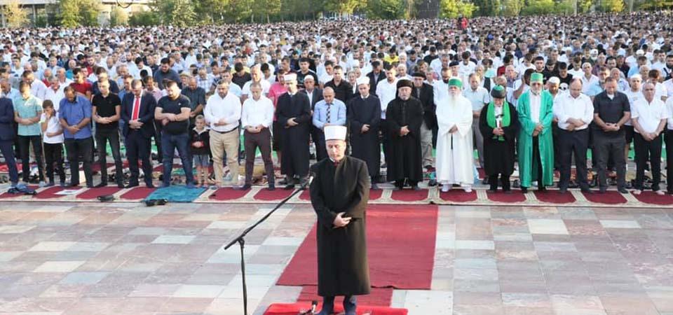 """Mijëra besimtarë myslimanë falën sot namazin e Kurban Bajramit në sheshin """"Skënderbej"""", në Tiranë, dhe mijëra të tjerë në sheshet kryesore të çdo qyteti të vendit"""