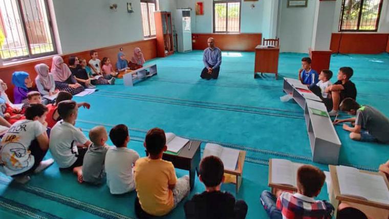 Myftinitë e vendit po zhvillojnë kurse verore, mësim Kurani, besimi dhe argëtime me fëmijë e të rinj në këto ditë të nxehta